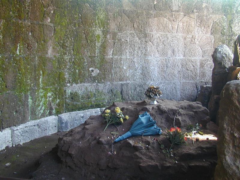 I fiori che turisti e gente comune ancora oggi porge sull'altare di Cesare.