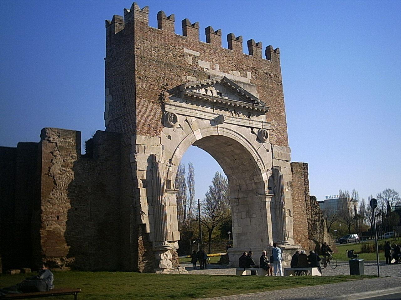 L'Arco di Augusto, innalzato dopo la conclusione dei lavori di ristrutturazione finanziati dall'Imperatore Augusto.