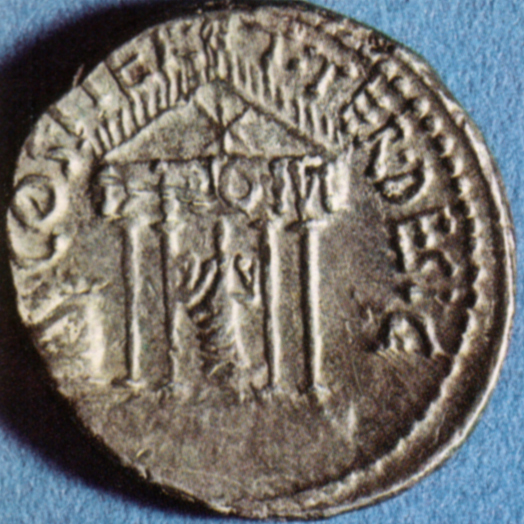 Il tempio del Divo Giulio, in un denario di Ottaviano