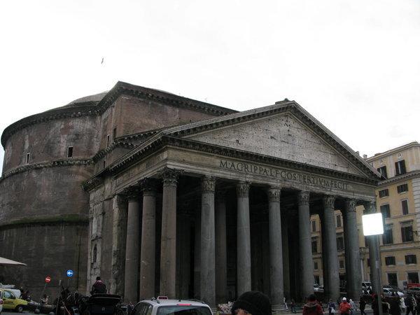 Il Pantheon, costruito da Agrippa, sulla cui trabeazione l'imperatore Adriano, ne fece riscrivere la dedica.