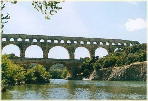 Il Pont du Garde in Francia, uno dei più famosi e imponenti acquedotti romani giunti fino ai nostri giorni