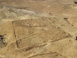 Resti del campo della decima fretensis ai piedi dell'altopiano di Masada.