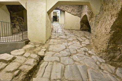 Perugia, resti di una strada romana con segni di transito  dei carri.