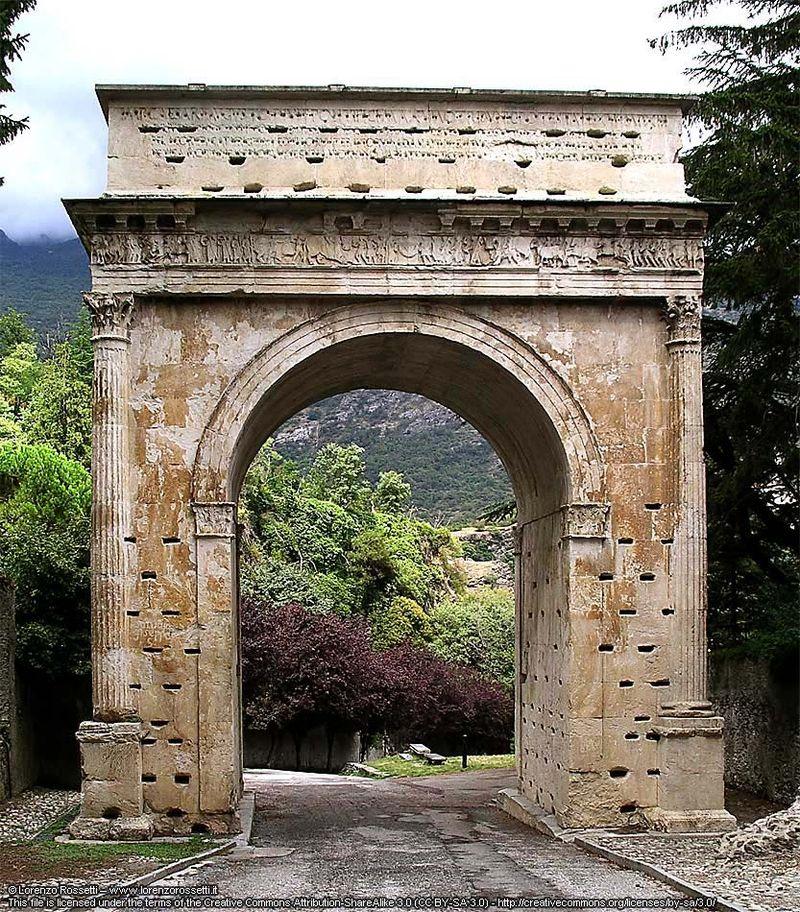 L'arco di Augusto a Susa, antica Segusium, capitale del Regno di Cozio.