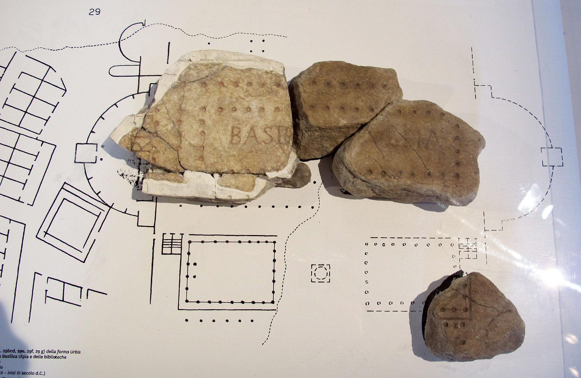 Frammenti della forma urbis con Basilica Ulpia e biblioteche del Foro di Traiano.