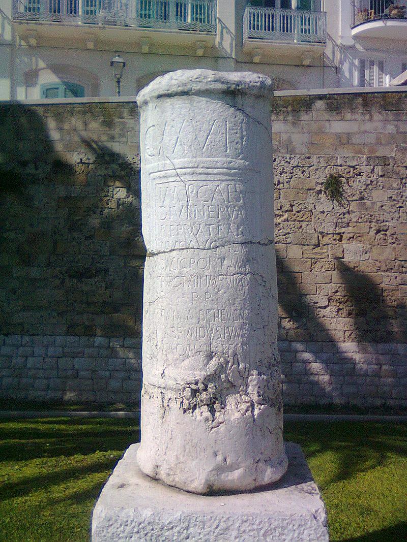 Miliario della via Traiana a Bari.
