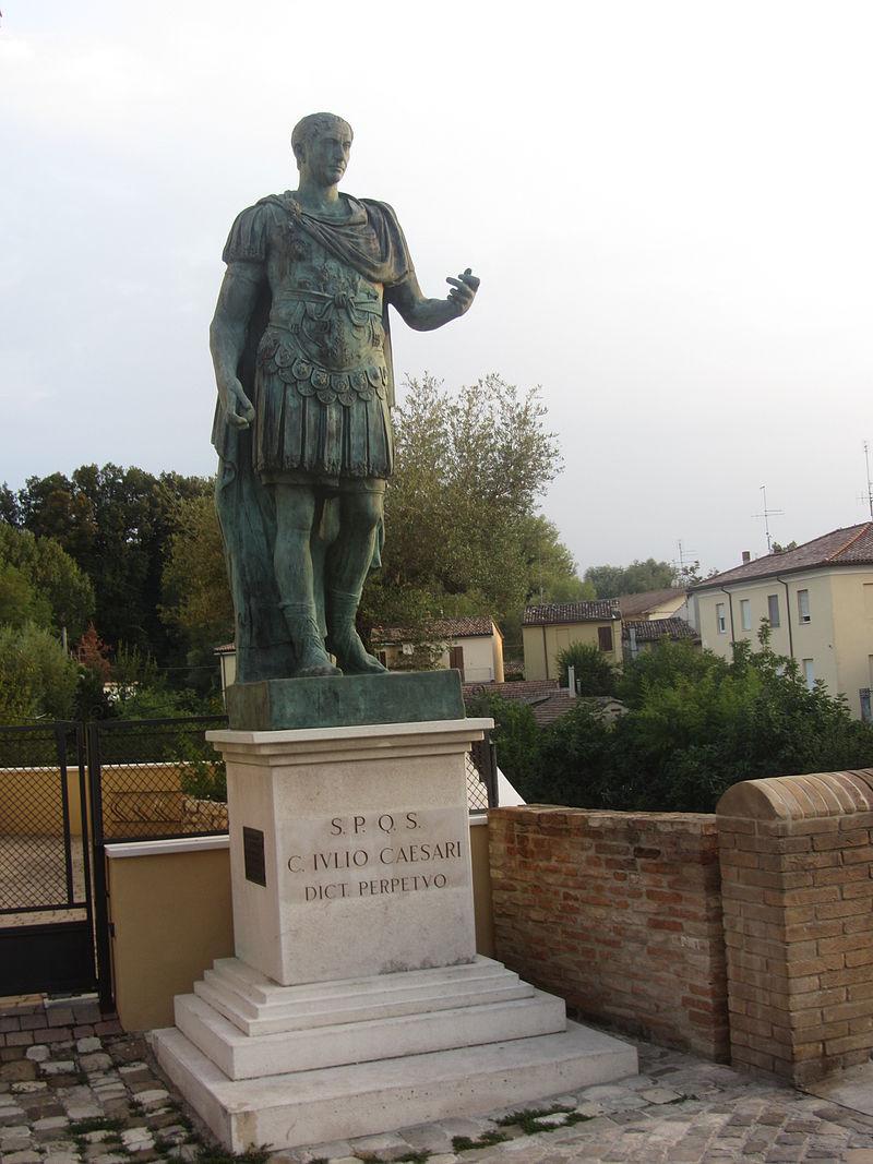 l'attraversamento del Rubicone, statua di Cesare nei pressi del luogo dove sarebbe avvenuto il passaggio